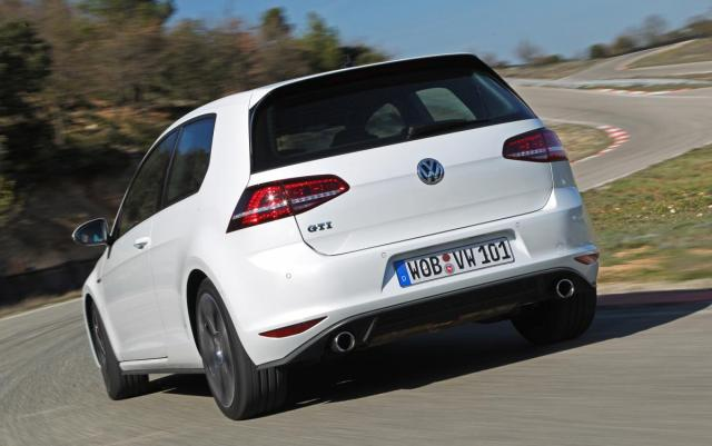2015-Volkswagen-GTI-rear-end-in-motion-4.jpg